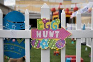 egg-hunt-sign-on-railings-in-backyard